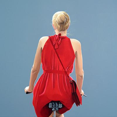 Sabine Liebchen – o.T., Fahrradfahrerin in rotem Kleid, blau start